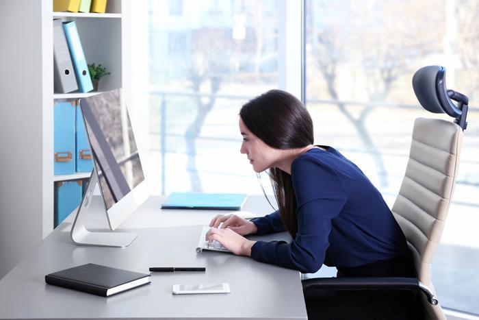 Ofiste omuzlarınızı geri alıp dik oturun