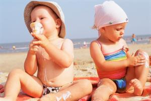 Yaz aylarında bebek ve çocuk giyimine dikkat!